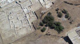 Αεροφωτογραφία του νότιου τμήματος του ιερού. Κάτω δεξιά διακρίνεται το νέο Κτίριο Ψ που πιθανόν να ταυτίζεται με δεξαμενή Δεσποτικό Αποτελέσματα ανασκαφών σε Δεσποτικό και Τσιμηντήρι                    2020 1 275x150