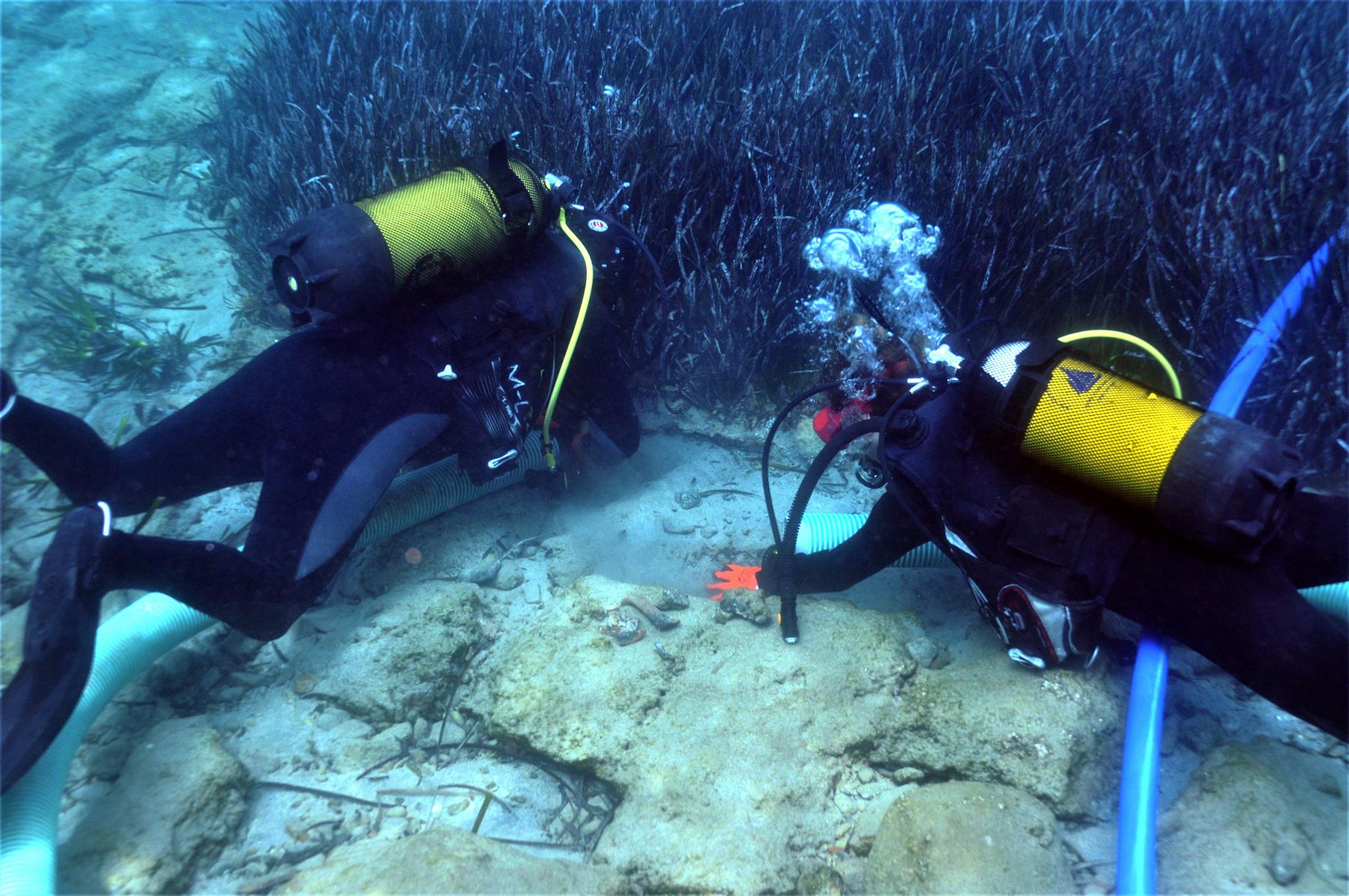 Καθαρισμός της επιφάνειας βυθισμένης κατασκευής στον Πόρο Κρήτη Κρήτη: Υποβρύχια έρευνα στον αρχαίο Ολούντα