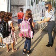 Τροχονόμοι της Θεσσαλονίκης διένειμαν ενημερωτικά φυλλάδια σε γονείς και μαθητές δημοτικών σχολείων 13092021thess003 e1631562934177 180x180