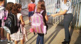 Τροχονόμοι της Θεσσαλονίκης διένειμαν ενημερωτικά φυλλάδια σε γονείς και μαθητές δημοτικών σχολείων 13092021thess003 e1631562934177 275x150