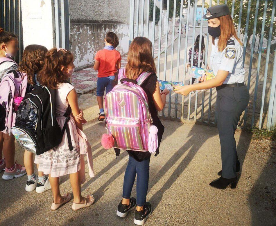 Τροχονόμοι της Θεσσαλονίκης διένειμαν ενημερωτικά φυλλάδια σε γονείς και μαθητές δημοτικών σχολείων 13092021thess003 e1631562934177 950x779
